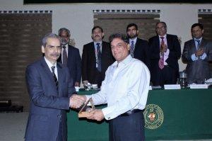 Mr. Azhar Hameed, Senior Officer of PA&AS receiving the souvenir from Mr.Naveed Kamran Baloch Director General, NIM Karachi