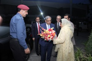 Ms. Samina Intizar, Chief Instructor presenting the bookay to Chief Guest Mr. Tariq Bajwa, Governor State Bank of Pakistan