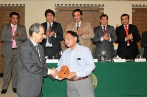 Prof. Dr. Tahir Masood receiving the souvenir from Mr.Naveed Kamran Baloch Director General, NIM Karachi
